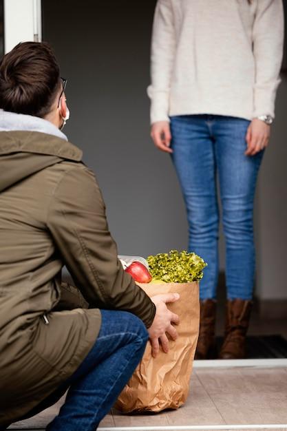 Kobieta Z Pakietem żywności Z Bliska Darmowe Zdjęcia