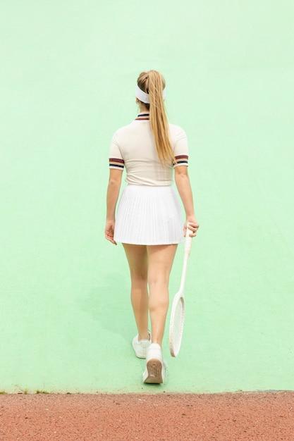 Kobieta z rakieta tenisowa zdjęcie od tyłu Darmowe Zdjęcia