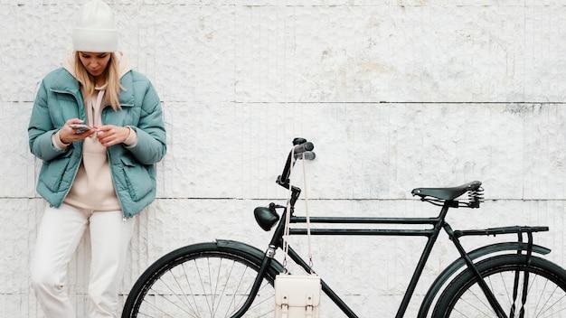 Kobieta Z Rowerem Biorąc Przerwę Widok Z Przodu Darmowe Zdjęcia