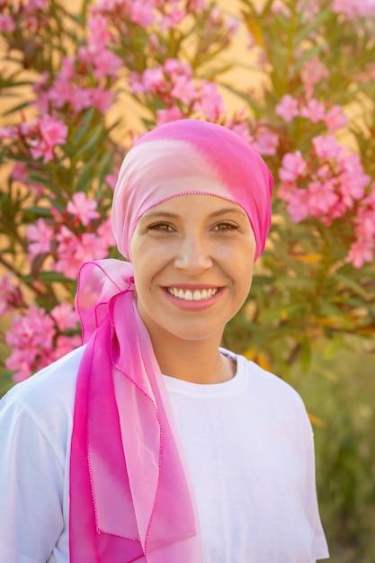 Kobieta z różowym szalikiem na głowie Premium Zdjęcia