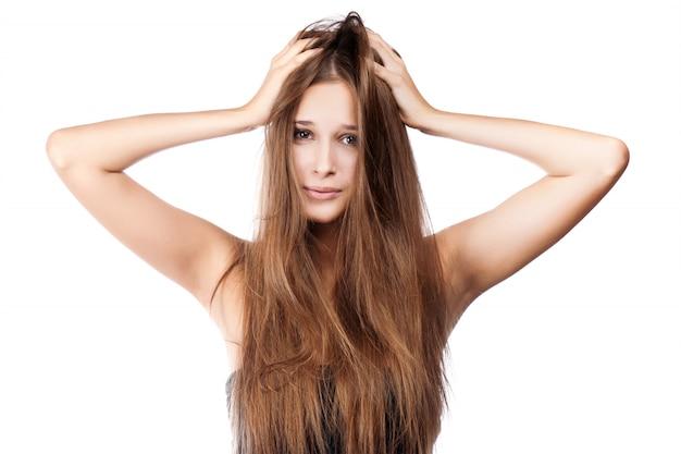 Kobieta z splątanymi włosami. odosobniony Premium Zdjęcia