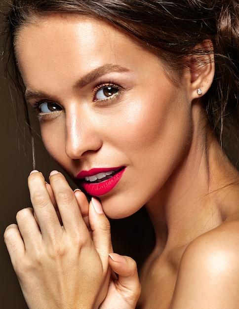 Kobieta Z świeży Makijaż Dzienny I Czerwone Usta Darmowe Zdjęcia