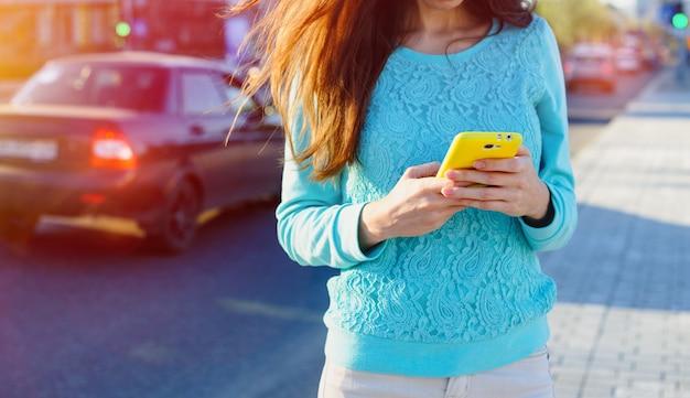 Kobieta z telefonu sms-y na ulicy Premium Zdjęcia