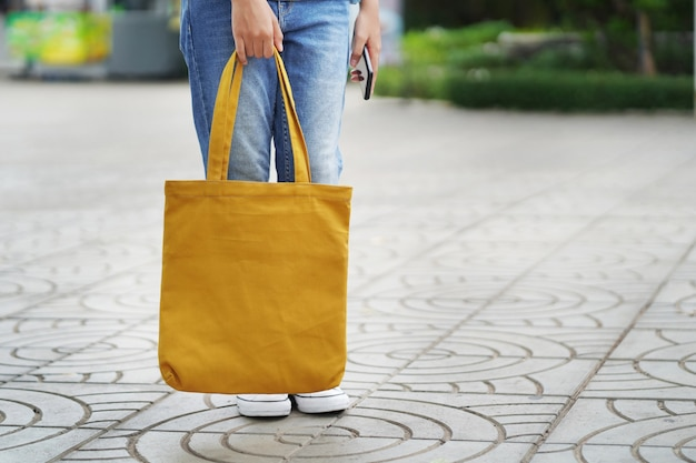 Kobieta z torbą z tkaniny na zakupy w domu towarowym Premium Zdjęcia