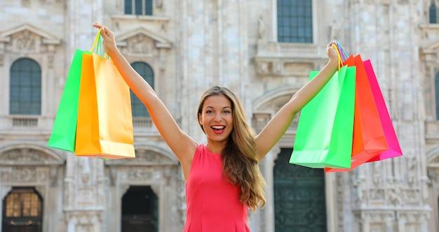 Kobieta Z Torby Na Zakupy W Mediolanie We Włoszech Premium Zdjęcia