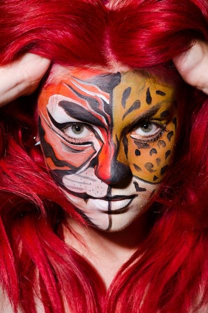 Kobieta Z Tygrysią Twarzą W Halloween Pojęciu Premium Zdjęcia