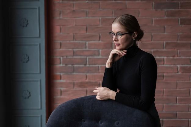 Kobieta Z Wizytowym Siedzi Na Kanapie Darmowe Zdjęcia