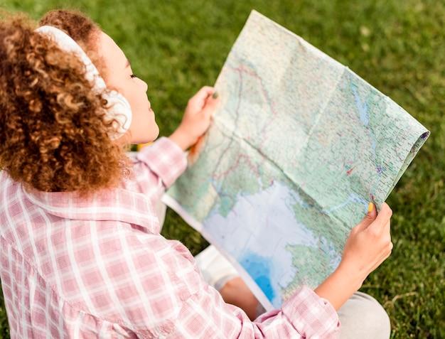 Kobieta Z Wysokim Kątem, Sprawdzająca Mapę Nowego Miejsca Docelowego Darmowe Zdjęcia