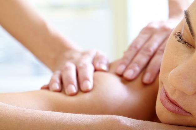 Kobieta z zamkniętymi oczami korzystających masaż Darmowe Zdjęcia