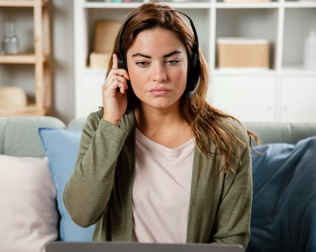 Kobieta Z Zestawem Słuchawkowym O Rozmowie Wideo Na Laptopie Darmowe Zdjęcia
