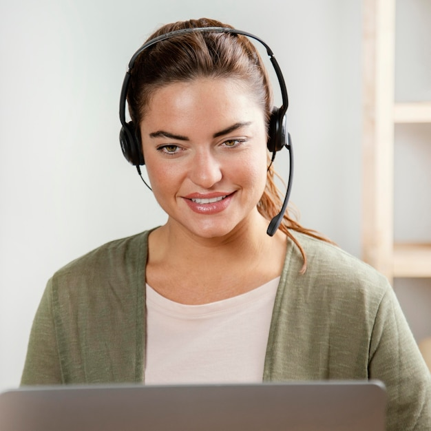 Kobieta Z Zestawem Słuchawkowym Za Pomocą Laptopa Darmowe Zdjęcia