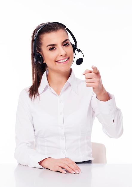 Kobieta Z Zestawu Słuchawkowego, Wskazując Na Ciebie Darmowe Zdjęcia