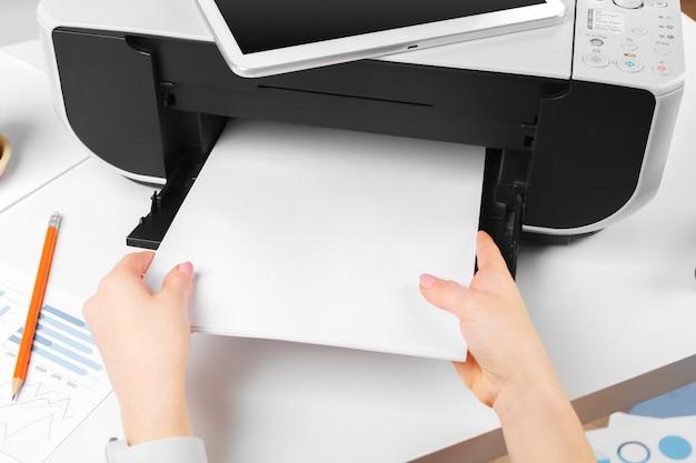 Kobieta za pomocą drukarki do skanowania i drukowania dokumentu Premium Zdjęcia