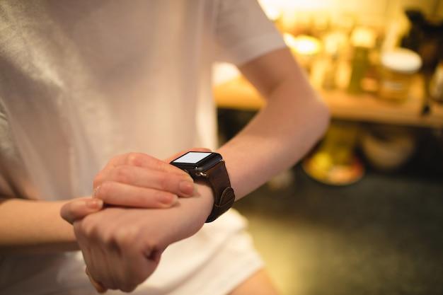 Kobieta Za Pomocą Inteligentnego Zegarka W Domu Darmowe Zdjęcia