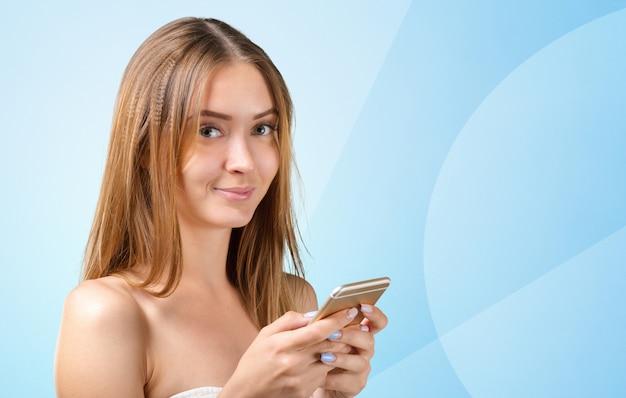 Kobieta za pomocą telefonu komórkowego Premium Zdjęcia