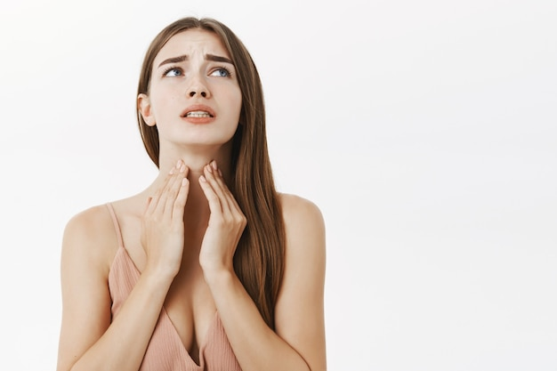 Kobieta Zachorowała Przed Ważnym Spotkaniem Odczuwając Dyskomfort I Ból Gardła Dotykając Szyi Marszcząc Brwi I Zaciskając Zęby Od Okropnego Uczucia Pozowania Darmowe Zdjęcia
