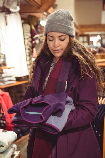 Kobieta, Zakupy W Sklepie Z Ubraniami Darmowe Zdjęcia