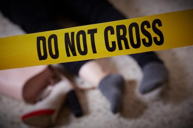 Kobieta Zamordowana W Domu Premium Zdjęcia