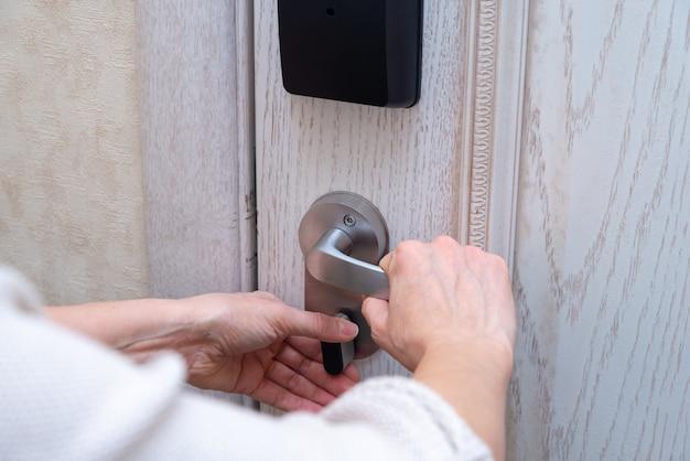 Kobieta Zamyka Zamek Zamka Drzwi Premium Zdjęcia