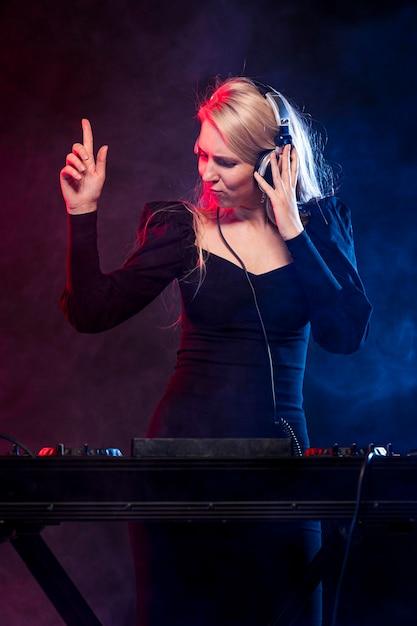 Kobieta Ze Słuchawkami Miksowania Muzyki Darmowe Zdjęcia