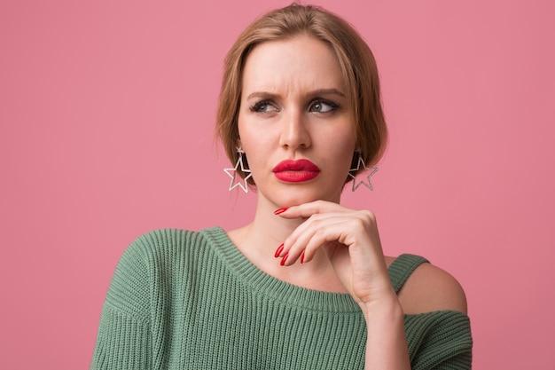 Kobieta Ze Stylowym Makijażem, Czerwonymi Ustami, Zielonym Swetrem Pozuje Na Różowo Darmowe Zdjęcia