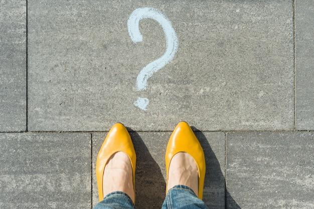 Kobieta Ze Znakiem Zapytania Przed Jej Stopami Premium Zdjęcia