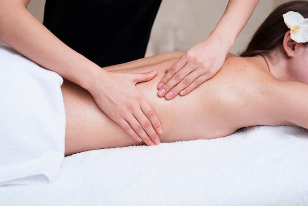 Kobieta złuszcza klientów z powrotem w spa Darmowe Zdjęcia