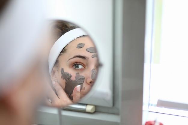 Kobieta Zrobić Domu Spa Czekoladowe Maski Premium Zdjęcia
