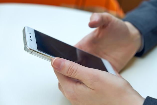 Kobiety Biznesowy Mienie Mądrze Telefon Z Zamazanym Tłem. Do Montażu Wyświetlacza Graficznego. Premium Zdjęcia