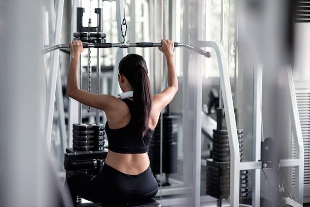 Kobiety ćwiczenie Z Lat Pulldown Maszyną W Gym Premium Zdjęcia