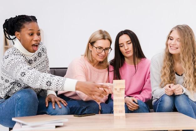 Kobiety Grające Razem W Drewnianą Wieżę Darmowe Zdjęcia