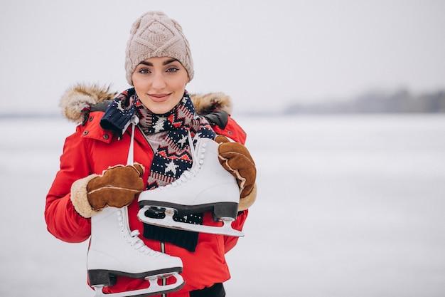 Kobiety Jazda Na łyżwach Przy Jeziorem Darmowe Zdjęcia