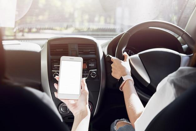 Kobiety Jeżdżą Samochodem. Widok Z Tyłu Może Wyglądać Z Przodu W Tym Samym Widoku Co Sterownik. Premium Zdjęcia