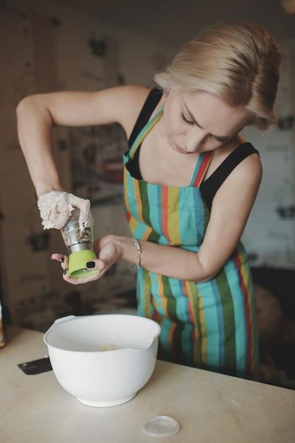Kobiety Kulinarna Pizza Przy Kuchnią Darmowe Zdjęcia