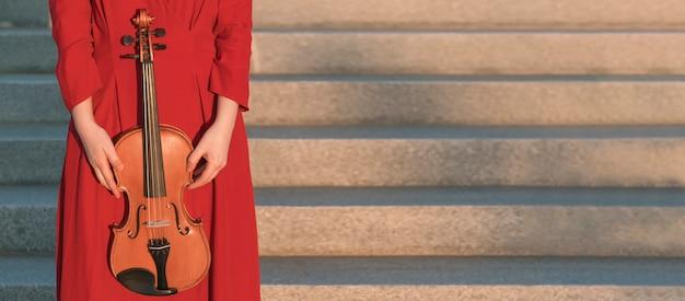 Kobiety Mienia Skrzypce Obok Kroków Darmowe Zdjęcia