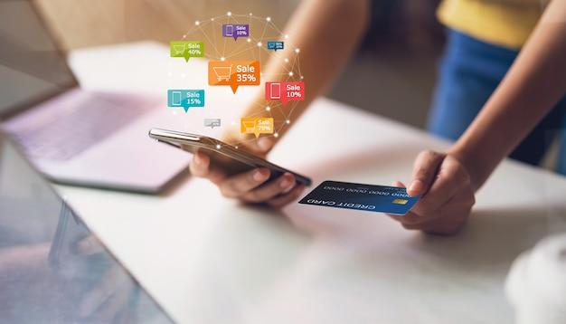 Kobiety Mienia Smartphone Z Ikony Rabata Etykietką I Furą Online Premium Zdjęcia