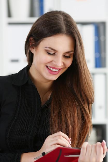 Kobiety Mienia Srebny Pióro Przygotowywający Robić Notatce W Rozpieczętowanym Notatnika Prześcieradle. Bizneswoman W Kostiumu Przy Workspace Robi Myślom Rejestruje Przy Osobistym Organizatorem, Urzędniczy Konferencja, Podpisu Pojęcie Premium Zdjęcia