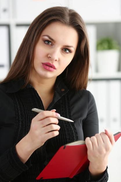 Kobiety Mienia Srebny Pióro Przygotowywający Robić Premium Zdjęcia
