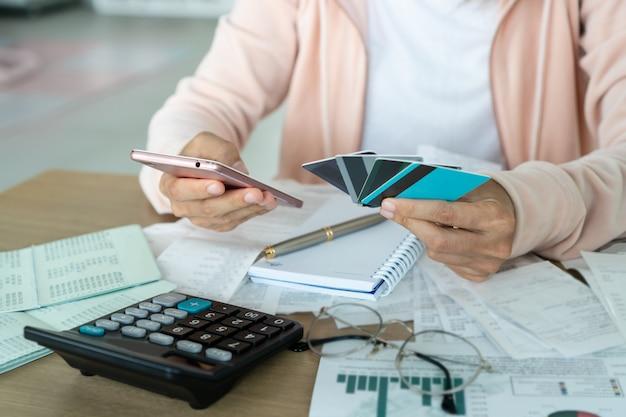 Kobiety Mienia Telefon Komórkowy, Kredytowe Karty, Konto I Oszczędzania Pojęcie ,. Premium Zdjęcia