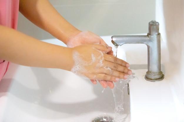 Kobiety Mycie Rąk Mydłem W Pianie W Umywalce W łazience. Koncepcja Covid-19 I Koronawirusa Premium Zdjęcia