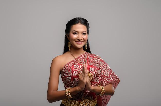 Kobiety noszące tajskie ubrania, które szanują, symbol sawasdee Darmowe Zdjęcia