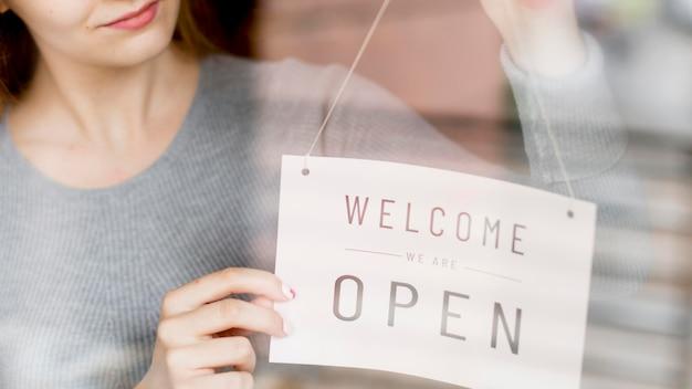 Kobiety Obwieszenia Otwarty Znak Na Okno Dla Sklep Z Kawą Premium Zdjęcia