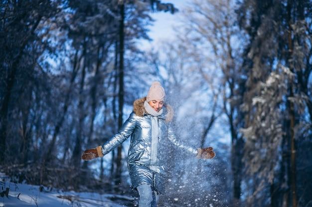 Kobiety odprowadzenie w zima parku Darmowe Zdjęcia