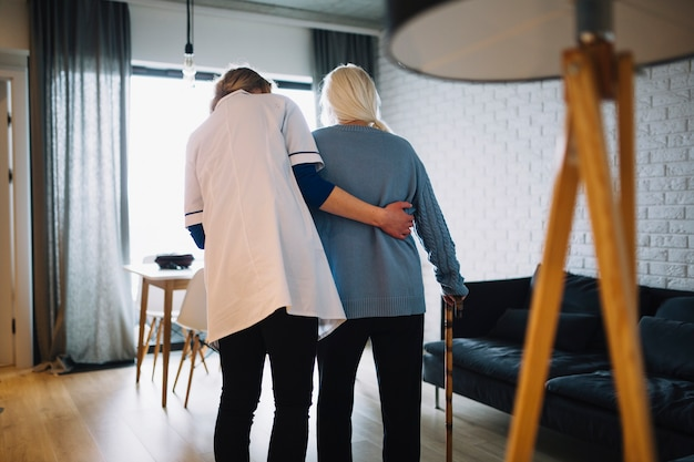 Kobiety Odprowadzenie Z Pielęgniarką W Starość Domu Darmowe Zdjęcia