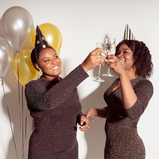 Kobiety Opiekania Kieliszków Szampana Wszystkiego Najlepszego Z Okazji Urodzin Darmowe Zdjęcia