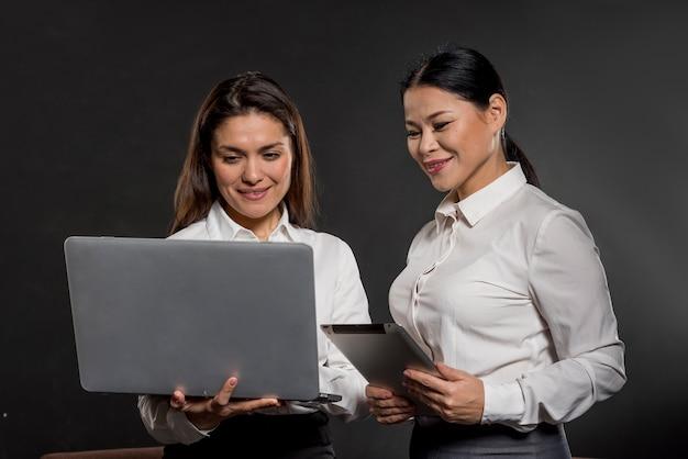 Kobiety Patrząc Na Laptopa Darmowe Zdjęcia