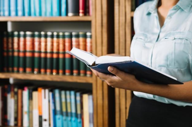 Kobiety pozycja z książką w bibliotece Darmowe Zdjęcia
