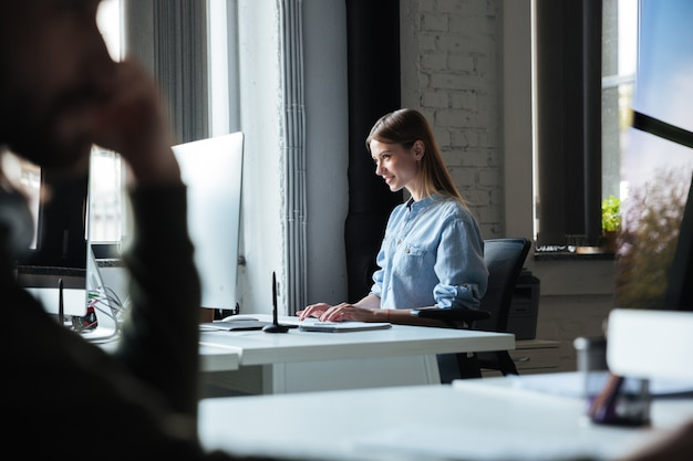 Kobiety Praca W Biurze Używać Komputer. Patrząc Na Bok. Darmowe Zdjęcia