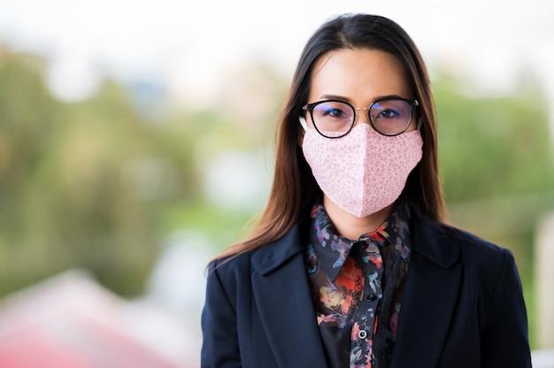 Kobiety Pracujące W Maskach, Kaszlu I Bólu Gardła Z Powodu Infekcji Wirusowej Premium Zdjęcia