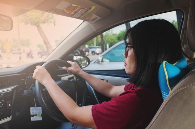 Kobiety prowadzące samochody do pracy Premium Zdjęcia